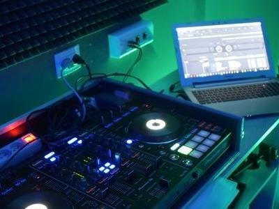 mikser muzyczny i laptop