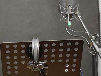 mikrofon w pomieszczeniu do śpiewania