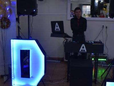 uśmiechnięty DJ pozuje do zdjęcia swojego stanowiska
