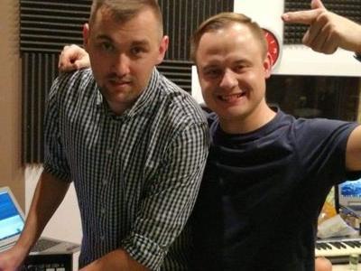 dwóch uśmiechniętych członków zespołu pozuje do zdjęcia
