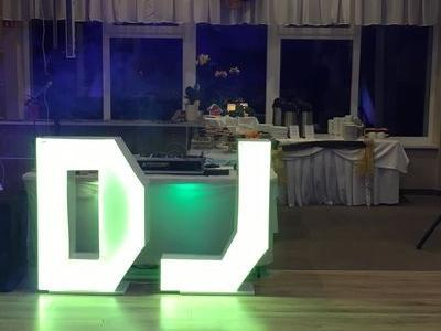 stanowisko DJ na przygotowanej do uroczystości sali