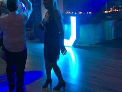 goście tańczą na parkiecie