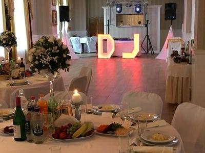 przygotowana do uroczystości sala ze stanowiskiem DJ