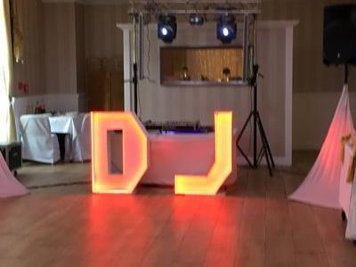 przygotowane stanowisko DJ w sali na uroczystość